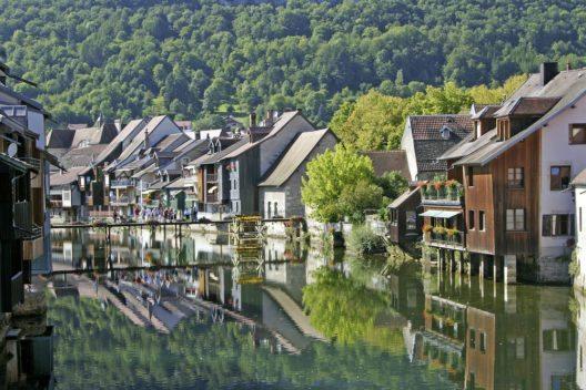 Ornans und die Loue, der Region Franche-Comté im Osten Frankreichs. (Bild: © Pecold - shutterstock.com)