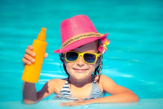 Kinderhaut ist dünner und reagiert empfindlicher. (Bild: © Sunny studio - shutterstock.com)