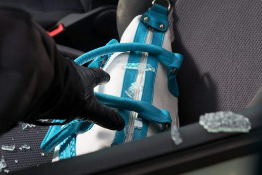 Keine Wertsachen oder Taschen auf den Fahrzeugsitzen liegen lassen. (Bild: © LeventeGyori - shutterstock.com)