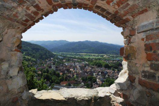 """Die """"Fauststadt"""" Staufen im Breisgau (Bild: manfredxy – Shutterstock.com)"""