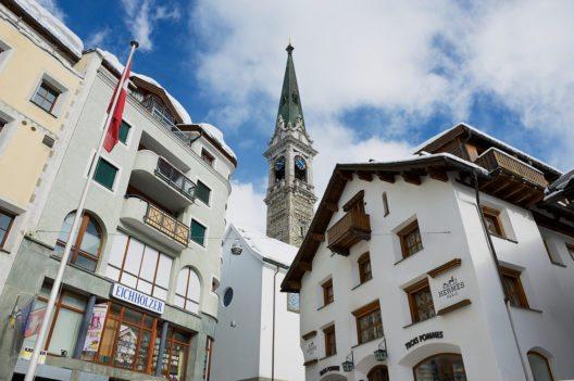 Die Touristen-Information in St. Moritz Dorf ist jetzt als iLounge gestaltet. (Bild: © Dmitry Chulov - shutterstock.com)