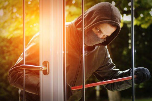 Urlaubsselfies können das Zuhause in Gefahr bringen. (Bild: © sdecoret - shutterstock.com)
