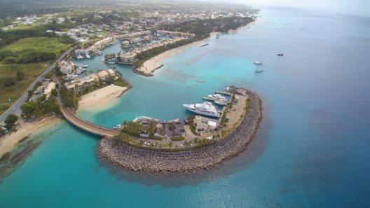 Himmelaufnahme: Insel Barbados - Hafen (Bild: © 246DRONES and MEDIA - shutterstock.com)