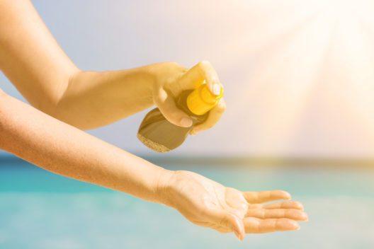 Mit einfachen Massnahmen kann man sich vor intensiver Sonnenstrahlung schützen. (Bild: © photopixel - shutterstock.com)