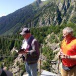 Pfarrer Toni Wenger stellt die Aspi-Titter Hängebrücke unter Gottes Schutz. © aspi-titter.ch