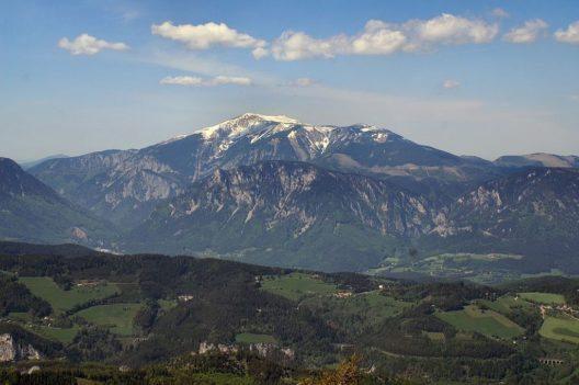 Blick auf den Schneeberg vom Sonnwendstein (Bild: Schletz, Wikimedia, public domain)