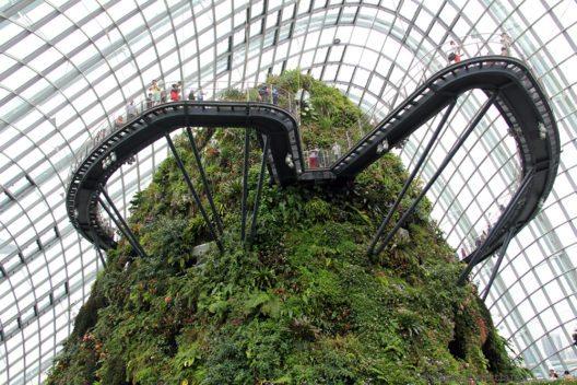 Der HighTech Garten in zwei riesigen Kuppeln untergebracht – der eine Garten beherbergt Pflanzen aus den subtropischen Trockenklimaten, der andere aus den tropischen Hochlandschungel-Regionen. Hier gibt es auch den Skywalk über Wasserfälle und den Urwaldberg. Eine Mrd Dollar hat das ganze Projekt gekostet. (Bild: © Wolfgang Weitlaner)