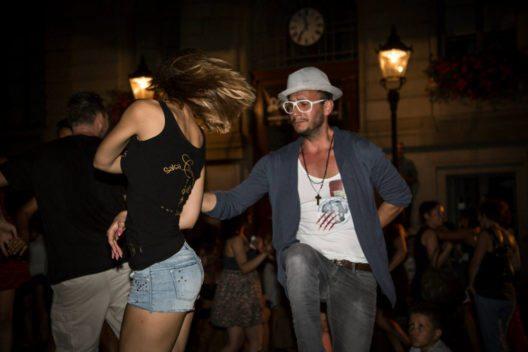 """Beim Strassentanzfest """"Calle Caliente"""" sorgen lateinamerikanische Tänze für ein heisses Pflaster mitten in der Stadt Glarus. (Bild: © -Salsa Tanzschule Glarus)"""