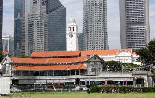 Singapurs britisch-koloniales Erbe wird hoch gehalten. Der Cricket-Club im Regierungsviertel gehört dazu. Im Kontrast dazu stehen die Wolkenkratzer am Singapore River. (Bild: © Wolfgang Weitlaner)