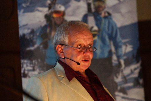 Heinz Brand (Verwaltungspräsident) eröffnet die 13. ordentliche Generalversammlung der BDG. (Bild: Bergbahnen Destination Gstaad AG)