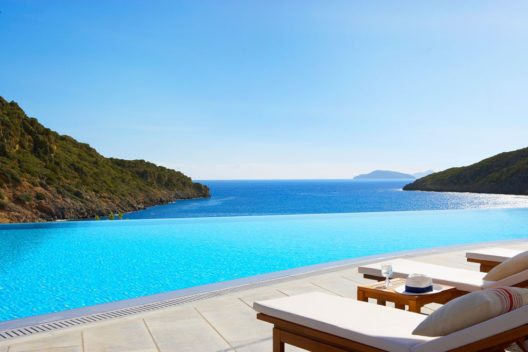Daios Cove Luxury Resort & Villas bietet ein extra Buchungs-Special für Familien. (Bild: Daios Cove Luxury Resort & Villas)