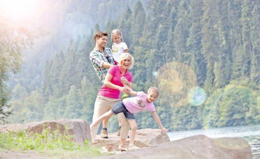 Zu Fuss geht es für Wanderliebhaber auf verschiedenen Themen- und Erlebnispfaden durch den Nördlichen Schwarzwald.