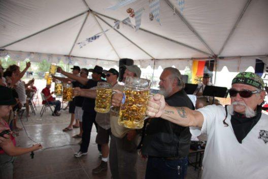 Wettbewerb im Masskrugstemmen (Bild: Arizona Office of Tourism)