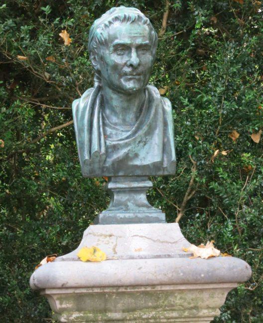 Rousseau-Denkmal auf der St. Petersinsel (Bild: Paebi, Wikimedia, CC)