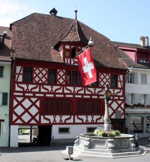 Rathaus mit Brunnen (Bild: WES1947, Wikimedia, CC)
