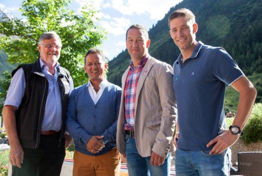 Wolfgang Nairz, Tashi Tenzing, Rainer Schultes (Obmann TVB Pitztal), Bennio Raich am Vortag im Hotel Vier Jahreszeiten (Bild: Chris Walch/TVB Pitztal)
