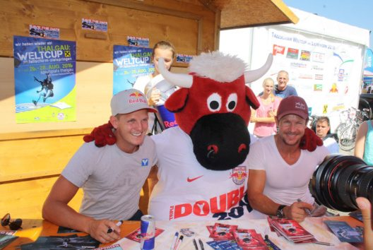 Promi Autogrammstunde mit Felix Baumgartner und Thomas Morgenstern (Bild: Fuschlsee Tourismus GmbH / Tourismusverband Thalgau)