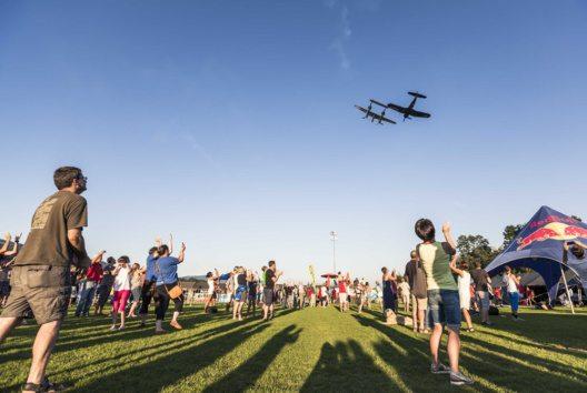 Flugshow der Flying Bulls (Bild: Fuschlsee Tourismus GmbH / Tourismusverband Thalgau)