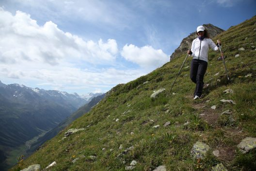 Der Silvretta-Ferwall-Marsch ist mit verschiedenen Distanzen für alle Generationen geeignet: die kinderwagentaugliche Silvretta-Familienstrecke mit 13,5 Kilometern, die Ferwallstrecke mit 34,9 Kilometern und die Königsdisziplin mit 42,3 Kilometern. (Bild: © TVB Paznaun-Ischgl)