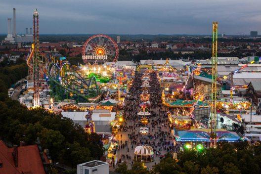 Auch im 126. Jahr nach seiner Premiere erfreut sich das Münchner Oktoberfest einer ungebrochenen Beliebtheit. (Bild: Bucchi Francesco – Shutterstock.com)