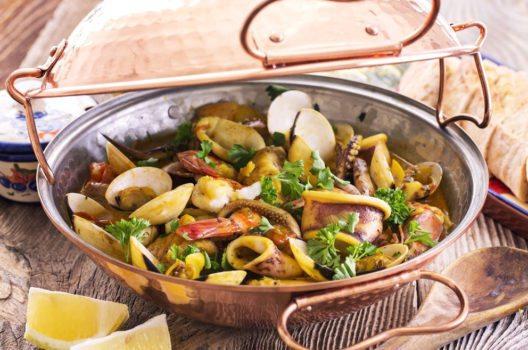 Cataplana – ein landestypischer Muschel-Eintopf. (Bild: hlphoto – Shutterstock.com)