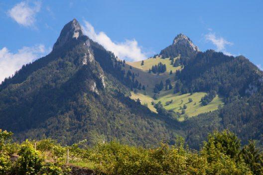 Dent de Broc und Dent du Chamois in La Gruyère, Schweiz. (Bild: © Santi Rodriguez - shutterstock.com)