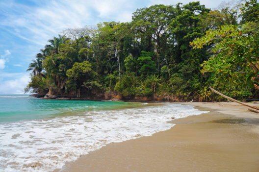Tropischer Strand in Puerto Viejo, Costa Rica (Bild: © Seaphotoart - shuterstock.com)