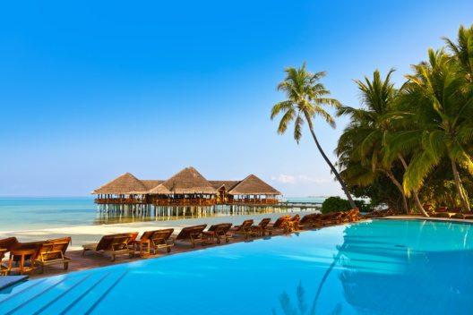 Pool auf tropischen Malediveninsel (Bild: © Tatiana Popova - shutterstock.com)
