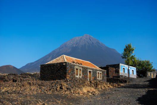 Vulkan Pico do Fogo (2829 m), der höchste Berg von Cape Verde (Bild: © Sabine Hortebusch - shutterstock.com)