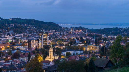 Luftaufnahme - Nacht-Panorama St. Gallen Stadt (Bild: © gnoparus - shutterstock.com)