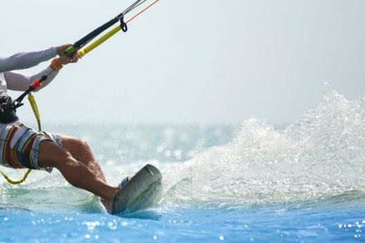 Wassersport: Kitesurfen, oder auch Lenkdrachensegeln genannt, ist ein Trendsport, der aus dem Powerkiten entstanden ist. (Bild: © Catwalk Photos - shutterstock.com)