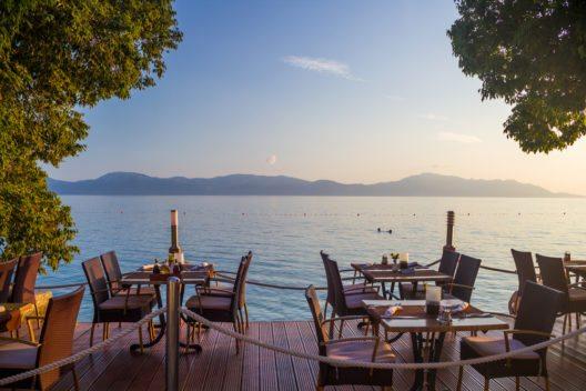 Restaurant am Strand mit Blick auf die Adria. (Bild: © Petr Kopka - shutterstock.com)