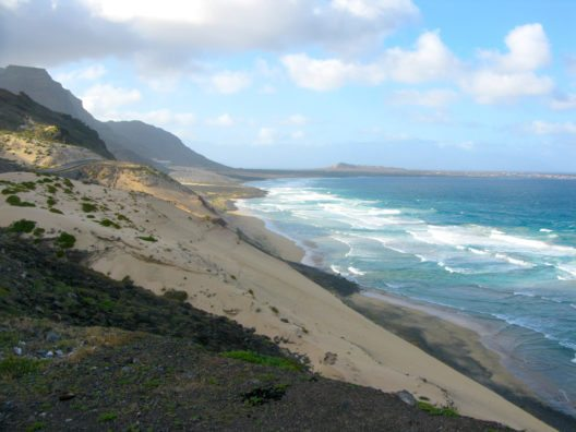 Ozean-Strand in Sao Vicente Insel mit Sand der Sahara-Wüste (Bild: © leonventu - shutterstock.com)