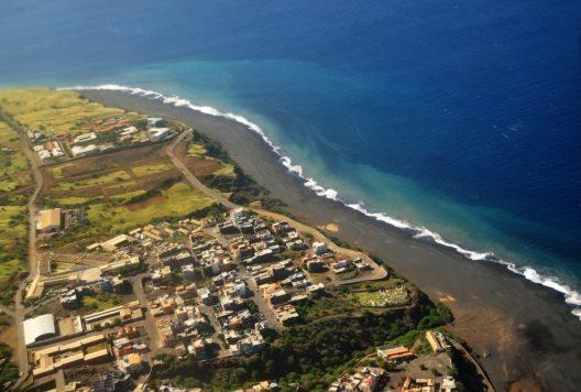 Luftbild von der Stadt Sao Filipe in Fogo mit seinen tiefblauen Meer und den langen schwarzen Sandstrand. (Bild: © LivetImages - shutterstock.com)
