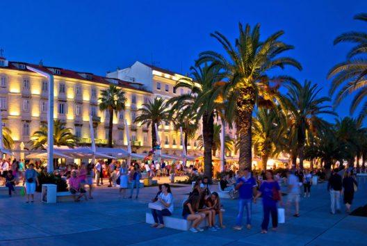 Split ist die zweitgrösste Stadt Kroatiens. Die Innenstadt von Split mitsamt dem Diokletianspalast wurde 1979 von der UNESCO zum Weltkulturerbe erklärt. (Bild: © xbrchx - shutterstock.com)