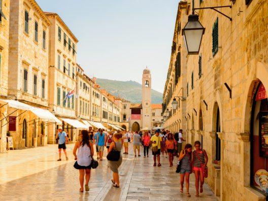 Touristen an der Stradun Strasse in der Altstadt von Dubrovnik. Dubrovnik ist ein Weltkulturerbe der UNESCO. (Bild: © Anton_Ivanov - shutterstock.com)