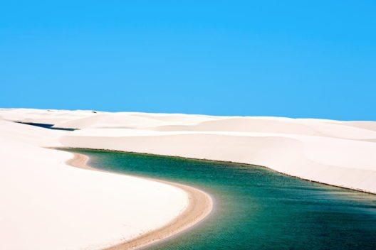 Weisse Sanddünen des Lencois Maranhenses -Nationalpark in Brasilien (Bild: © ostill - shutterstock.com)