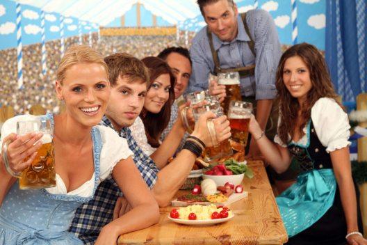 Smartphone-Abstinenz, Enthaltsamkeit und ein halbes Jahr ohne Alkohol: Das würden Münchner für einen Wiesn-Tisch und Freibier tun. (Bild: Werner Heiber – Shutterstock.com)
