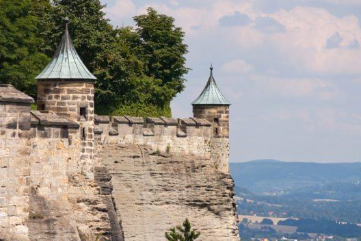 Mauer der Burg Königstein (Bild: © UbjsP - shutterstock.com)