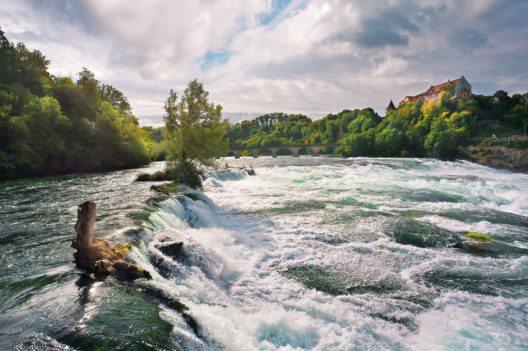 Rheinfall (Bild:© Valery Bareta - shutterstock.com)