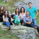 Gastgeber Bruno Loi mit Familie aus Avers Cröt (Bild: © Graubünden Ferien/Yvonne Bollhalder)