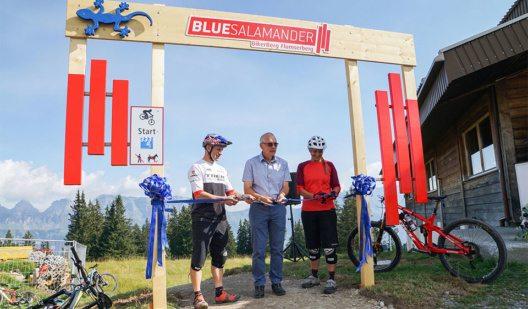 Rene Wildhaber, Guido Matzler und Katja Rupf durchtrennen das blaue Band. (Bild: © Bergbahnen Flumserberg AG)