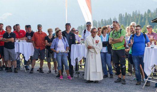 Die geladenen Gäste und Pater Ephrem Bucher an der Eroffnungsfeier auf Prodalp (Bild: © Bergbahnen Flumserberg AG)
