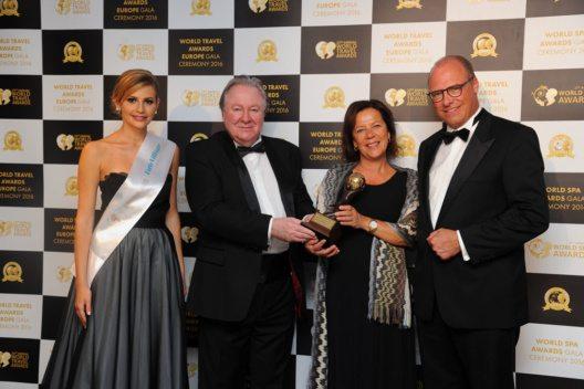 Dominic Bachofen nahm als Direktor des Carlton Hotel St. Moritz gemeinsam mit Ehefrau Laurence den Preis entgegen (Bild: Tschuggen Hotel Group)