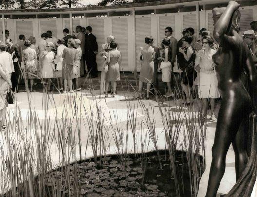 Innenhof Garderobengebäude während eines Apéros, historische Aufnahme © Privatalbum Fred Hausheer (Direktor der Bürgenstock-Hotellerie in den 1960er Jahren)