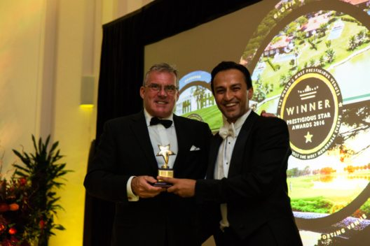 "Links: David Clare, Golfdirektor der Gloria Hotels & Resorts, empfängt den Prestigious Star Award in der Kategorie ""Best Sporting Venue 2016"" für das Gloria Golf Resort."