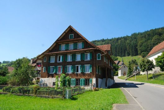 Wohnhäuser im Dorf (Bild: Dietrich Michael Weidmann, Wikimedia, GNU)