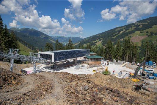 """Mit einer Förderleistung von 2.200 Personen pro Stunde werden die insgesamt 69 Gondeln des """"zellamseeXpress"""" auf einer Gesamtlänge von 2.884 Metern einen Höhenunterschied von rund 800 Metern überwinden."""