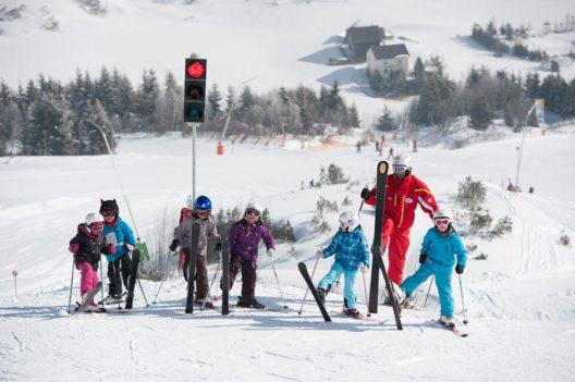 In Gruppen von bis zu acht Kindern achten die Skilehrer auf ein abwechslungsreiches Programm, das mit vielseitigen Spiel- und Bewegungsformen, Freude an der Bewegung im Schnee vermittelt. (Bild: Silvapark Galtür / Andre Schönherr)