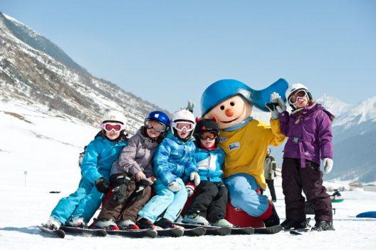"""Das pädagogische Konzept """"Siggis Schneeheldenwoche"""" ist optimal auf die Bedürfnisse der jungen Skifahrer ausgerichtet. (Bild: Silvapark Galtür / Andre Schönherr)"""
